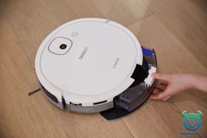 Kiểm tra hộp nước trước khi đem sạc pin robot hút bụi