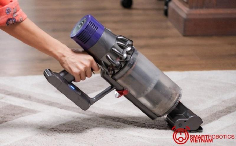 Nên cho máy hút bụi làm sạch bề mặt sàn đúng yêu cầu